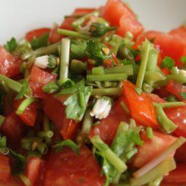 Knackiger Löwenzahnstängel-Salat