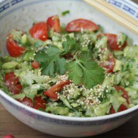 Rohkost-Salat in einer Asiatischen Schale und Essstäbchen