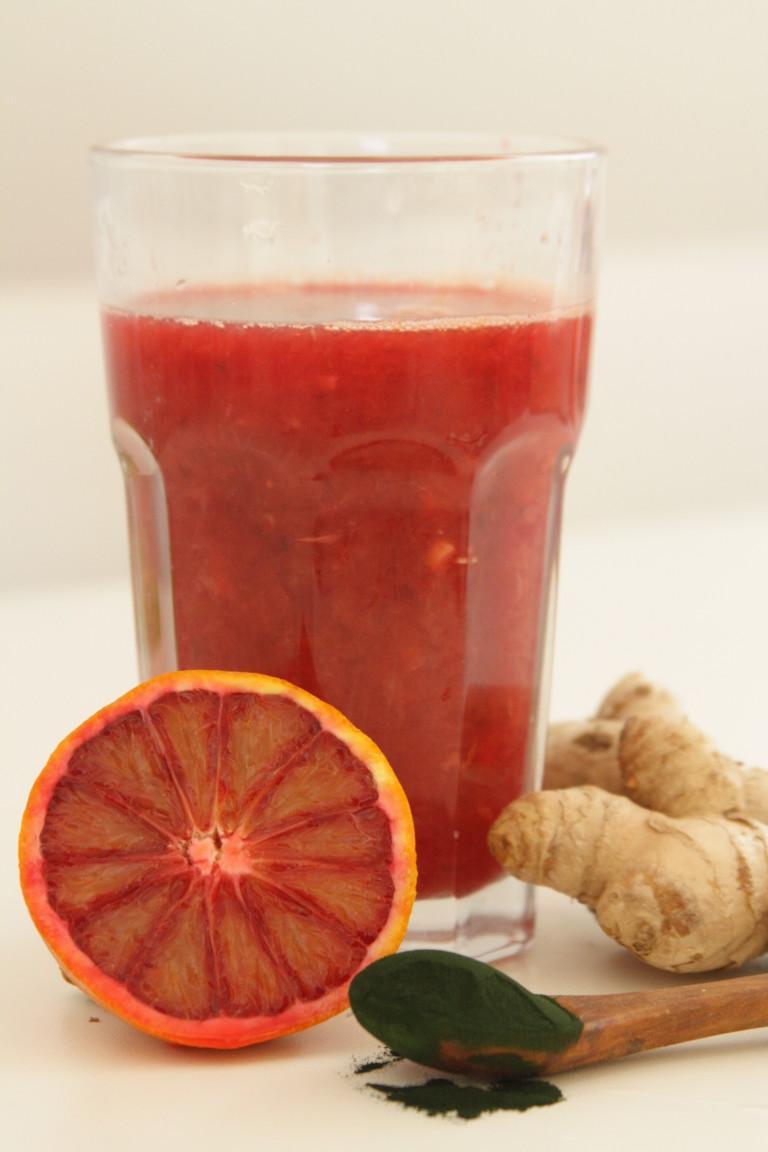 fruchtbarer Blutorange-Spirulina-Ingwer-Saft