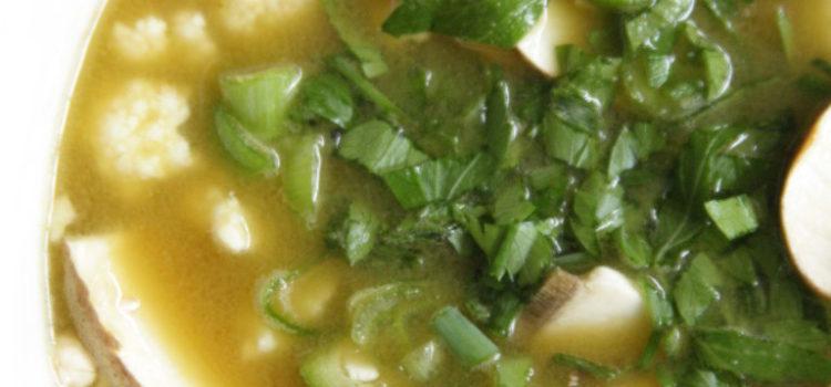 Klare Suppe mit Einlage und garniert mit frischen Kräutern