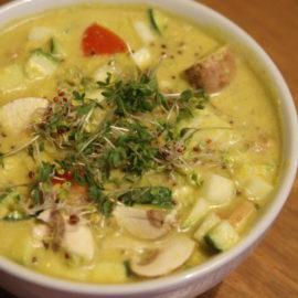 Ein Suppe in einer Suppenschüssel, dekoriert mit frischer Kresse