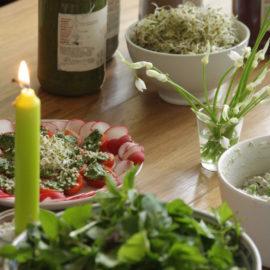 Ein dekorierter Tisch mit Kerze und diversen Rohkostgerichten